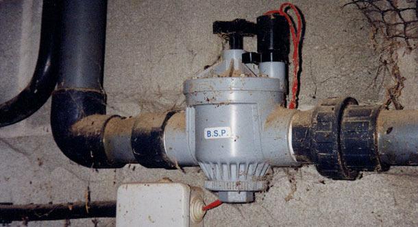 El vaciado se puede hacer de forma manual o automática, con una electroválvula programada con un reloj.