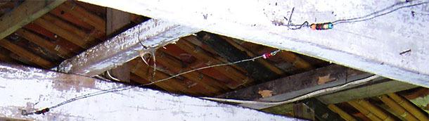 Cuentas de collar atravesadas por un alambre