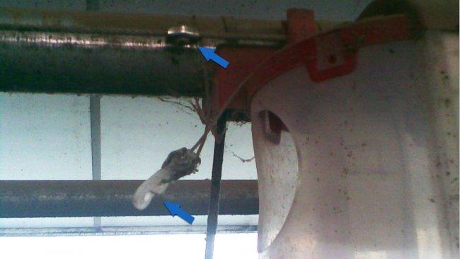 El cable general tiene un anclaje que hace de tope. El dosificador tiene un gancho que se sujeta al cable mediante un gancho que permite desconectarlo fácilmente.