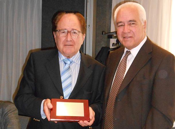 Sr. Joan Maymó Perxes haciendo entrega de la placa a D. Pere Costa Batllori