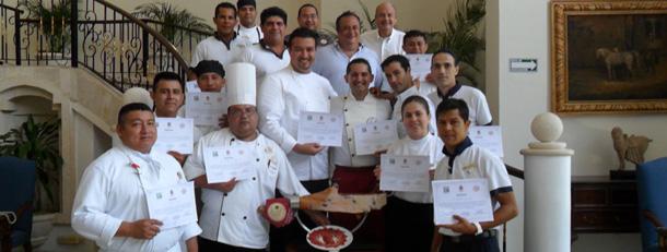 La campaña de formación se ha completado con la celebración de tres cursos de corte dirigidos a los profesionales de los hoteles de Quintana Roo, con la participación del Maestro Cortador Sergio Bellido.