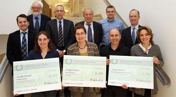 Imagen de los ganadores de la edición anterior del premio junto con los responsables de la comisión evaluadora