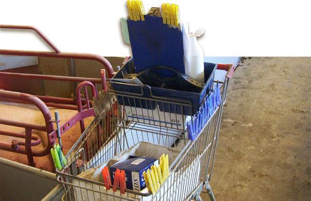 Las pinzas utilizadas son transportadas en un carro con parte del material diario necesario