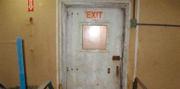 Puerta sin proteger que comunica el interior con el exterior de la granja