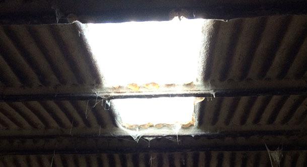Nave vieja en la que se mejora la iluminación con una ventana.