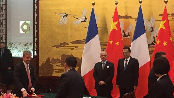 Dr Marc Prikazsky, Presidente y CEO de Ceva; Ma HongChao, CEO de CAHEC; Du YuanZhao, CEO de Yebio; Bernard Cazeneuve, primer ministtro francés; y Li Keqiang, primer ministro chino.