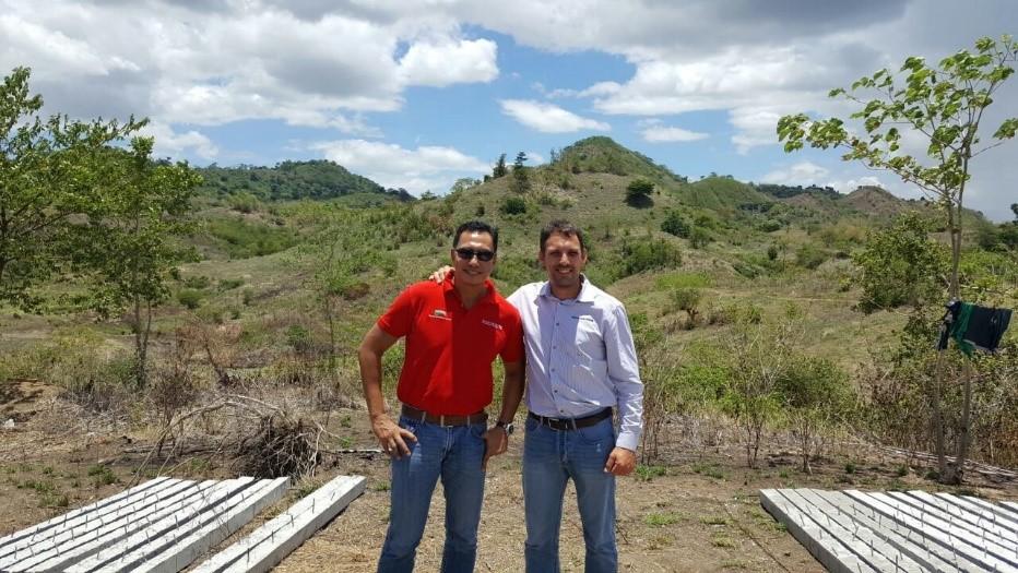 Dr. Jun Punzalan socio Filipino y CEO de Plaridel Products y Mr.Jordi Coletas representante de Semen Cardona