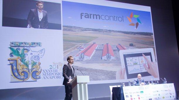 Francesc Vilà presentando la ponencia: Monitorización de datos y control remoto en granjas.