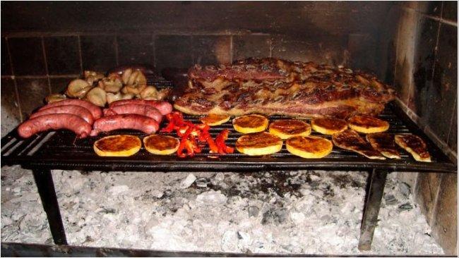 Imagen 1. Ilustración de un asado argentino a la brasa.