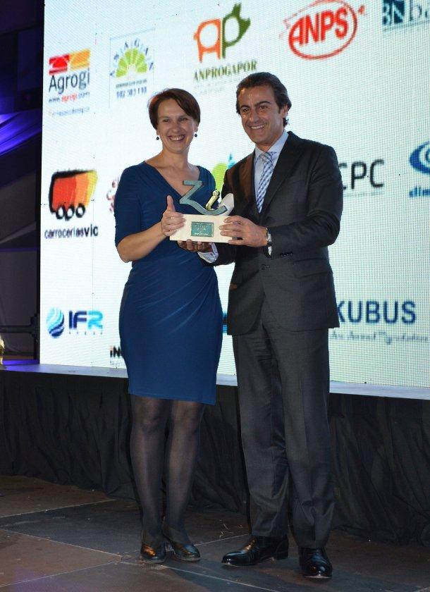 Félix Hernáez, director general y vicepresidente de Zoetis Europa del Sur, entrega a Leticia Sanchiz, directora general del Grupo Sanchiz Godella Valencia,el Premio Especial Porc d'Or Zoetis a la Innovación 2017.