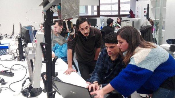 Los investigadores trabajan en el proyecto, con el sensor en primer plano.