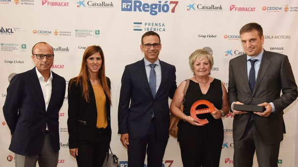 Maria Àngel con el premio junto a directivos de CaixaBank. Fuente: Salvador Redó/Regió7.