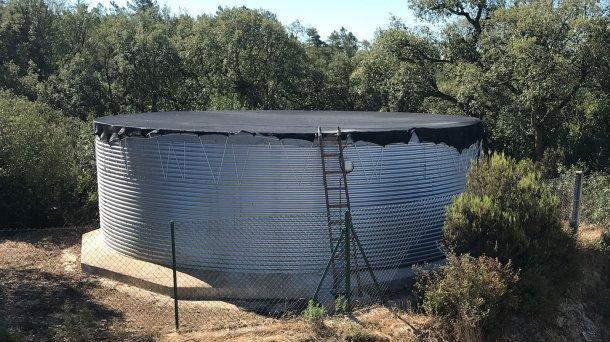 Depósito de almacenamiento y distribución correctamente dimensionado y cubierto, básico en cualquier explotación porcina.