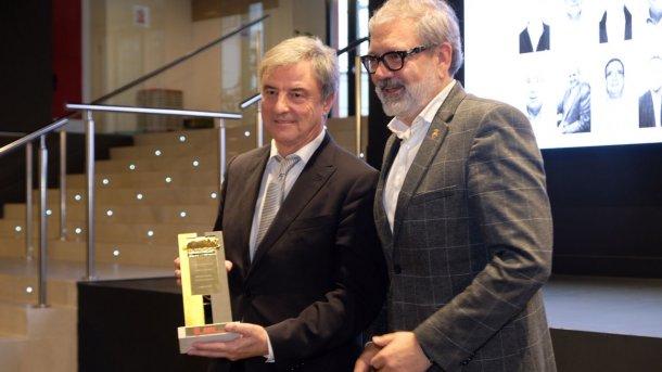 Miguel Ángel Ortega recibe el premio PronosPorc Oro de Cerdo Cebado de la mano del alcalde de Lleida, Fèlix Larrosa.