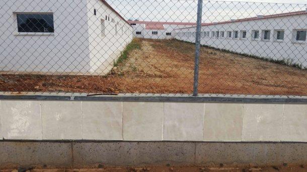Foto 1: Ejemplo de vallado construido con baldosa lisa para evitar el acceso de roedores.