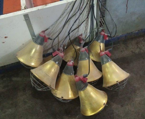 Foto 2: Lámparas de partos almacenadas incorrectamente entre lotes, lo que aumenta el riesgo de daños en las bombillas infrarrojas y las conexiones eléctricas (foto cortesía de DanAg International, China)