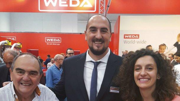 Lucas (centro) y Melina Lasorella (derecha) del socio argentino de WEDA Porlaso.
