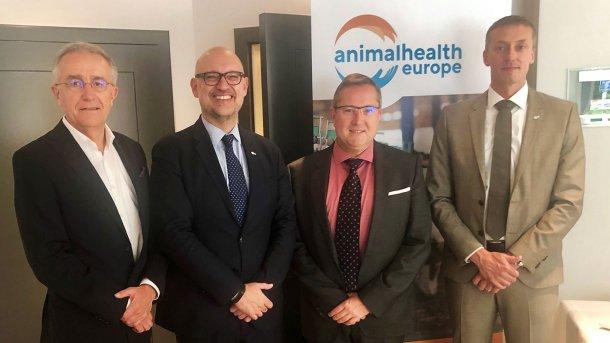 De izquierda a derecha:  - Hans-Guenther Dittrich (MSD Animal Health), Vicepresidente.  - Santiago de Andrés (Veterindustria), Vicepresidente  - Dominique Derveaux (Vetoquinol), Tesorero  - Wijnand de Bruijn (Dopharma), Presidente