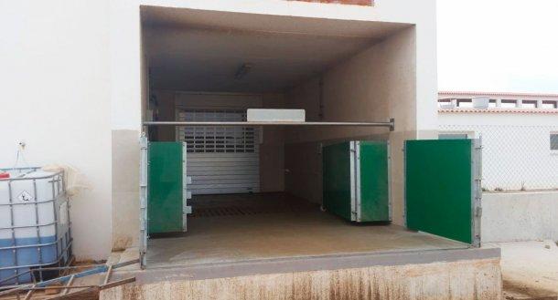 Imagen 6. Cargador semi-cerrado con puertas y barra horizontal para separar físicamente la zona sucia de la limpia. Cortesía de Agropecuaria Los Girasoles, España.