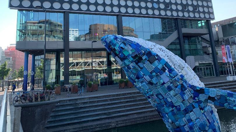 """""""La ballena"""" una instalación hecha con 5 toneladas de residuos plasticos recogidos en las playas de Hawai que se pudo ver delante del TivoliVredenburg, en Utrech."""