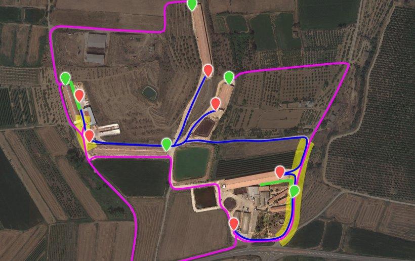 Imagen 7. Representación de las modificaciones propuestas incorporando los nuevos cargadores (punteros verdes). La zona de riesgo de contaminación cruzada (resaltado amarillo) entre el camión interno (azul) y el externo (lila) se ha reducido a 2 puntos gracias a la apertura/adecuación de caminos y la modificación del vallado.