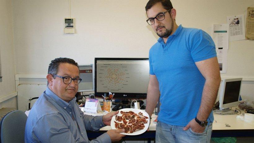 Los investigadores con un plato de jamón.