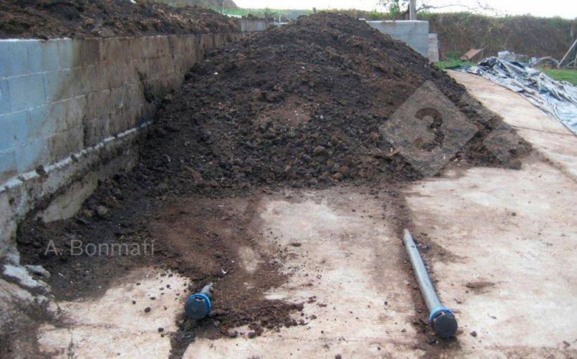Figura 1b. Sistemas de compostaje: con aportación de aire mediante soplante y tuberías bajo la pila. Fotos gentileza de A. Bonmatí (IRTA).