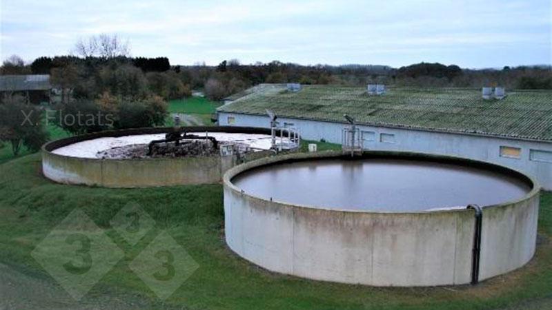 Figura 2. Imagen de una instalación de eliminación biológica de nitrógeno mediante NDN en una granja porcina. En primer plano la balsa/reactor de desnitrificación y detrás la de nitrificación, donde se aprecia el sistema de aireación.