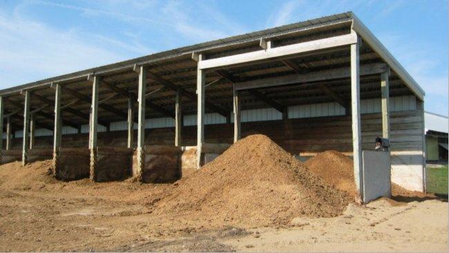 Figura 2. Estructura de cemento construida para las pilas de compostaje (fuente: Minnesota Pollution Control Agency).