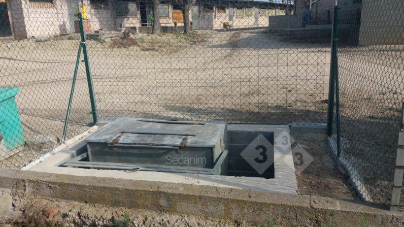 Imagen 3. Barreras físicas que crean una clara separación entre la zona limpia y sucia en el punto de recogida de los cadáveres en una granja. Foto cortesía de Secanim (España).