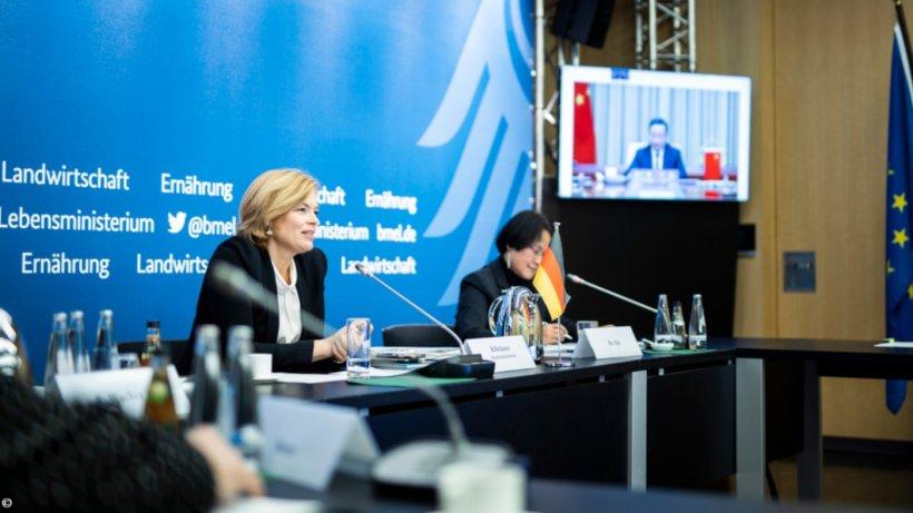 La ministra federal de Agricultura, Julia Klöckner, y su homólogo chino, Tang Renjian, debaten cuestiones agrícolas como parte de las VI consultas gubernamentales entre China y Alemania. Fuente: BMEL.