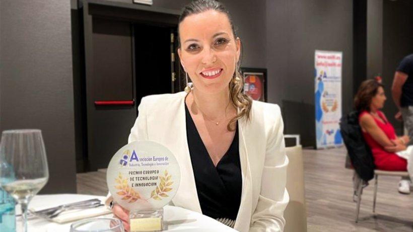 Raquel Ausejo, directora Técnica de Magapor, con el premio europeo de Tecnología e Innovación.