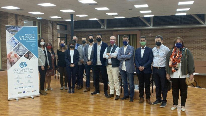 Foto grupal de los PORCINNOVAdores junto a la representación de los promotores de Porcinnova