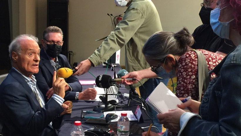José Manuel Sánchez Vizcaino y Jaume Bernis, responsable porcino COAG, atienden a prensa durante taller.